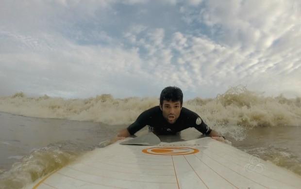 Atleta surfou por dez minutos sob a pororoca do rio Flexal (Foto: Amapá TV)