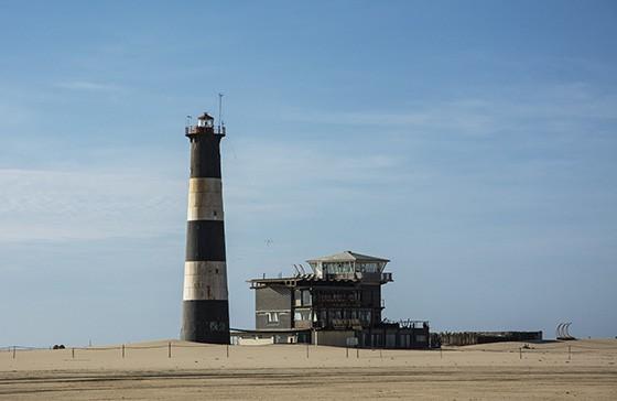 O Farol da Ponta do Pelicano e, ao seu lado, a pousada do mesmo nome: luxo em litoral isolado  (Foto: © Haroldo Castro/ÉPOCA)