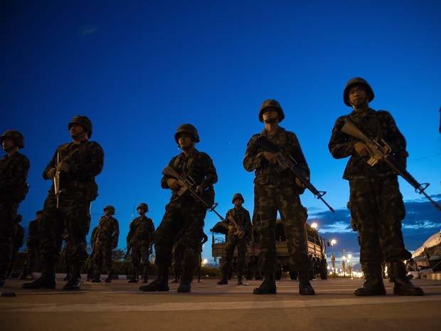 Soldados do Exército da Tailândia fazem guarda em entrada de área ocupadas por manifestantes pró-governo em Bangkok (Foto: AFP PHOTO/ Nicolas Asfouri)