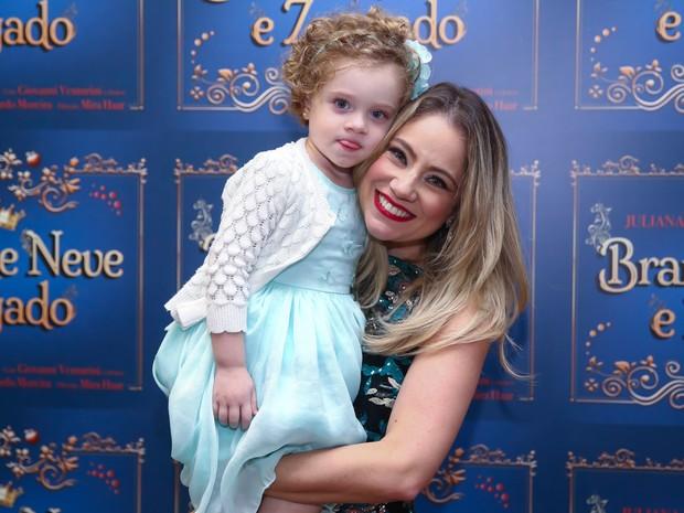 Juliana Baroni e a filha, Maria Eduarda, em estreia de peça em São Paulo (Foto: Manuela Scarpa/ Brazil News)