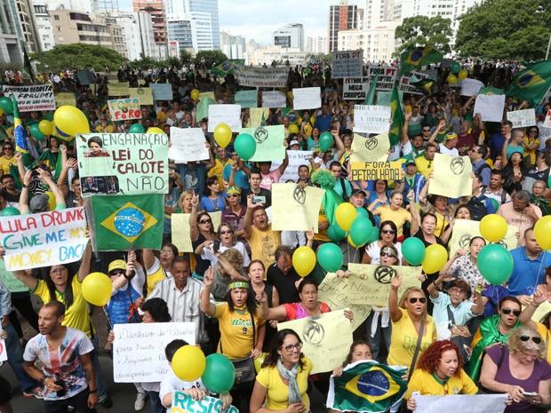 Manifestantes pedem saída da presidente Dilma (Foto: Daniel Teixeira/Estadão Conteúdo)