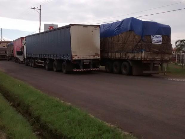 Cerca de 25 caminhoneiros participaram da mobilização neste domingo (8) (Foto: Divulgação/PRF)