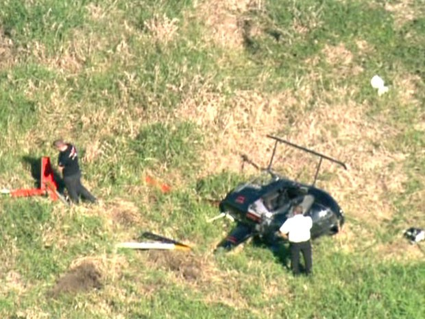 Helicóptero tombado em gramado do parque (Foto: Reprodução/TV Globo)