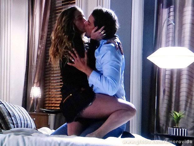 Eron não resiste aos encantos de Amarilys e se entrega à loira (Foto: Amor à Vida/TV Globo)
