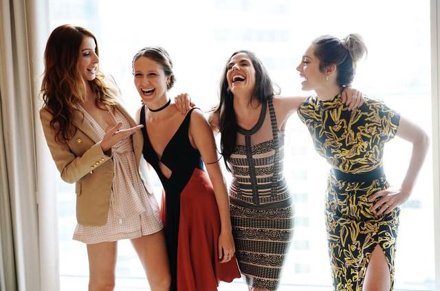 Michelle Batista, Aline Jones, Rafaela Mandelli e Juliana Schalch   nos bastidores de gravação da quarta temporada de 'O negócio' (Foto: Divulgação)