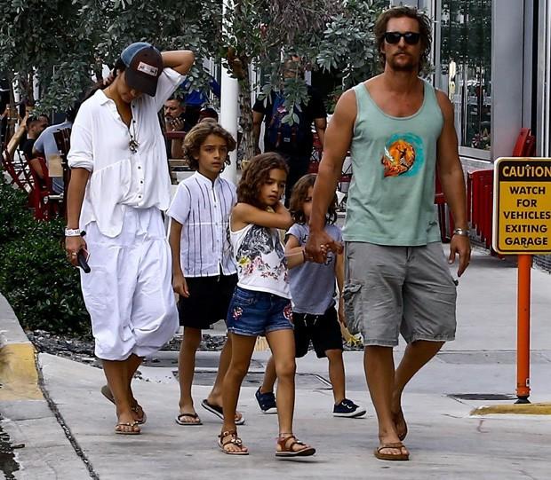 Camila Alves e Matthew McConaughey com os filhos (Foto: BackGrid)