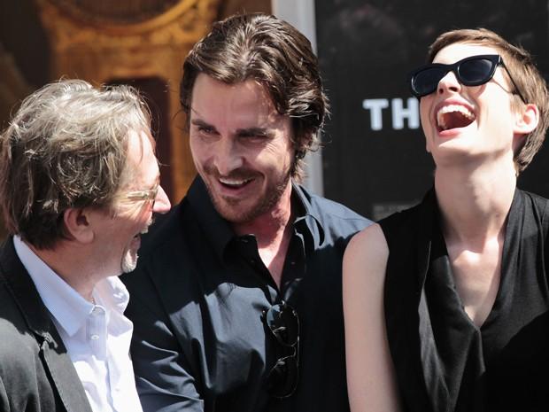 Gary Oldman, Christian Bale e Anne Hathaway participam de homenagem para o diretor Christopher Nolan. Os três atores estão no elenco do novo 'Batman', dirigido por Nolan, que estreia no dia 27 de julho no Brasil (Foto: Reuters/Mario Anzuoni)