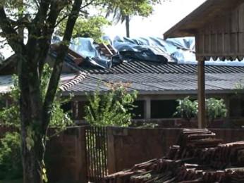 Famílias de Nova Aliança do Ivaí aproveitaram o dia de sol para arrumar os estragos causados pela chuva (Foto: Reprodução RPCTV Noroeste)