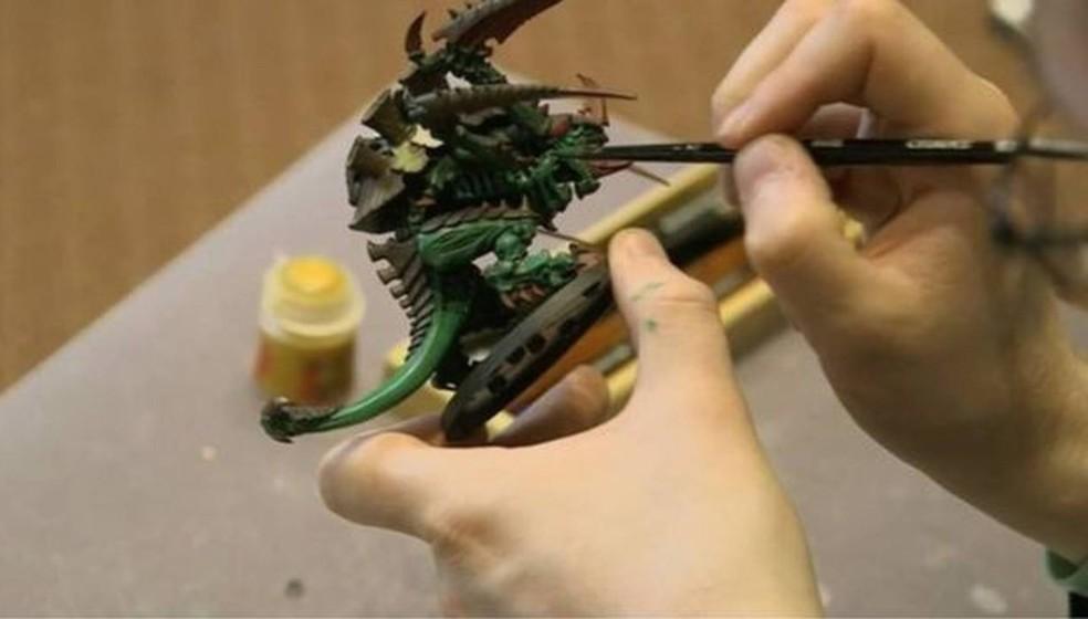 O que surpreende muitas pessoas é que o jovem trabalha em uma fábrica de brinquedos: