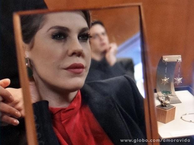 ...mas precisa abrir a carteira mesmo assim (Foto: Amor à Vida/ TV Globo)
