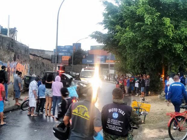 Moradores da região se aglomeraram para acompanhar o resgate aos militares da Força Nacional atacados a tiros na Vila do João, no Conjunto de Favelas da Maré, Zona Norte do Rio
