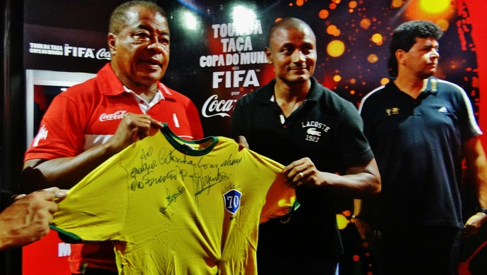 Catanha recebe camisa autografada do Furacão Jairzinho (Foto: Paulo Victor Malta/GloboEsporte.com)