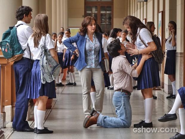 Laerte se ajoelha aos pés de Helena no meio da escola (Foto: Em Família/ TV Globo)