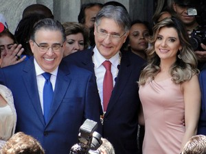 Pimentel ao lado de Alberto Pinto Coelho e da noiva e agora primeira-dama, a jornalista Carolina Oliveira. (Foto: Pedro Ângelo/G1)