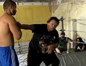 Tytan ensina a arte do telecatch aos praticantes na Vila Kosmos (Foto: Reprodução SporTV)