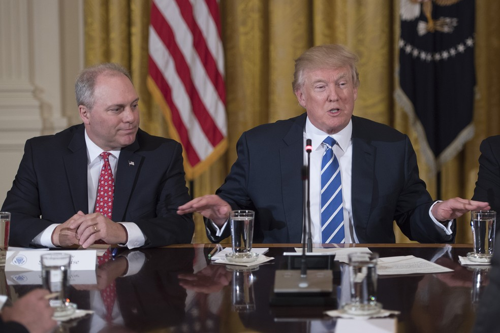 Presidente dos EUA, Donald Trump, e congressista republicano, Steve Scalise (à esq.)  (Foto: JIM WATSON / AFP)
