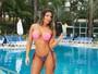 Andressa Ferreira esbanja boa forma e muito 'carão' em ensaio moda praia