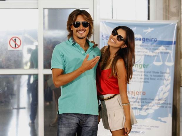 Mariana Rios e Ivan Mendes fazem pose nos bastidores (Foto: Salve Jorge/TV Globo)
