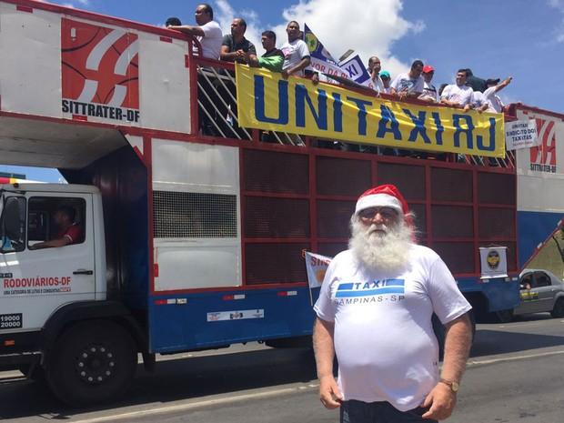 Taxista e sósia do Papai Noel, Edson Machado participa de protesto em Brasília pela aprovação de projeto de lei que proíbe Uber no Brasil (Foto: Alexandre Bastos/G1)