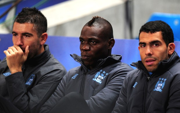 Balotelli e Tevez banco Manchester City (Foto: Getty Images)
