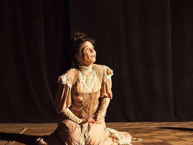 Alexia Dechamps caracterizada como Maura, uma das primas amargas da peça 'Doroteia' (Foto: Carol Beiriz)