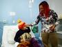 Cyborg visita crianças com câncer e deixa cinturão de presente em hospital