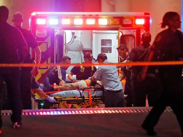 Equipes de emergência tratam de um ferido (Foto: Tony Gutierrez / AP Photo)