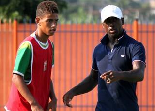 Seedorf um dia de treinador do nova iguaçu (Foto: Divulgação/NIFC)