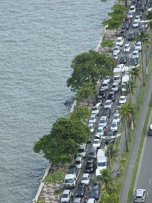 Vista aérea da fila da travessia de balsas em Santos (Foto: Claudio Vitor Vaz/A Tribuna de Santos)