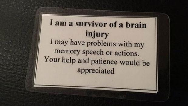Danielle carrega cartão que explica lesões causadas por acidente que sofreu (Foto: BBC)