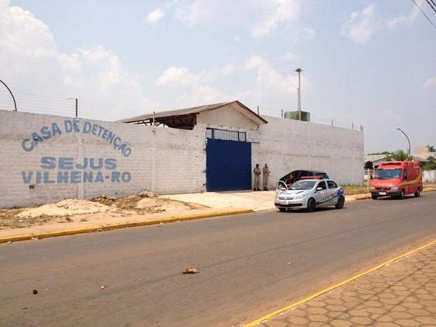 Casa de Detenção de Vilhena despeja esgoto no Rio Pires de Sá (Foto: Flávio Godoi/G1)