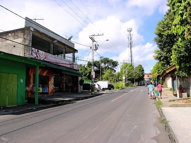 Vítima foi surpreendida logo após desembarcar de ônibus  (Foto: Adneison Severiano/G1 AM)