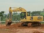 Obras são iniciadas dois anos após tubulação de esgoto estourar em lago