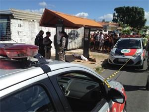 Mulher foi assassinada no ponto de ônibus (Foto: Walter Paparazzo/G1)