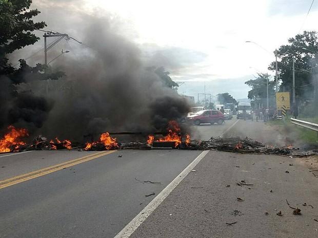 Moradores atearam fogo em pneus e galhos em trecho da BR-101 (Foto: Divulgação/ Polícia Rodoviária Federal)