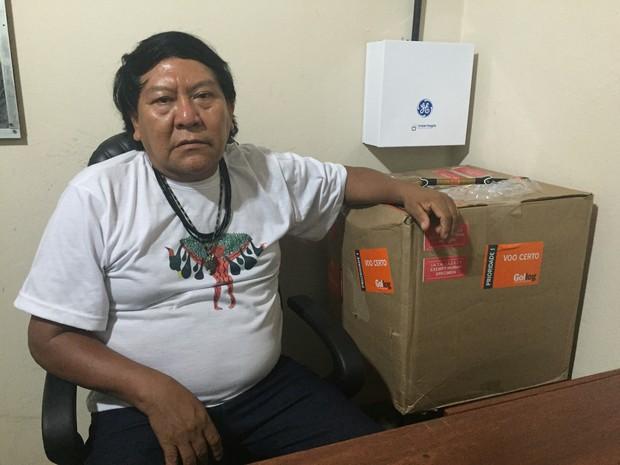 O líder Yanomami Davi Kopenawa ao lado do material colhido pelos pesquisadores americanos (Foto: Inaê Brandão/ G1 RR)