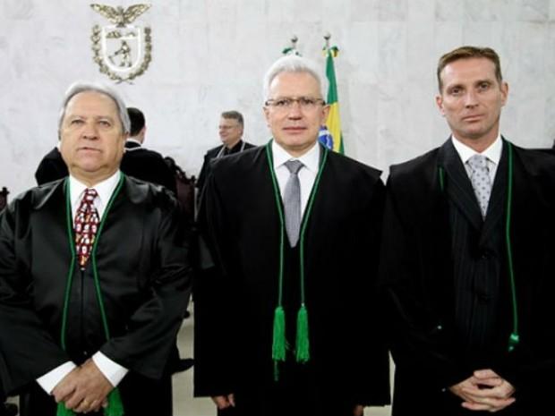 Durval Amaral (meio) posa ao lado do novo vice-presidente e do novo corregedor-geral do TCE-PR (Foto: Wagner Araújo/TCE-PR)