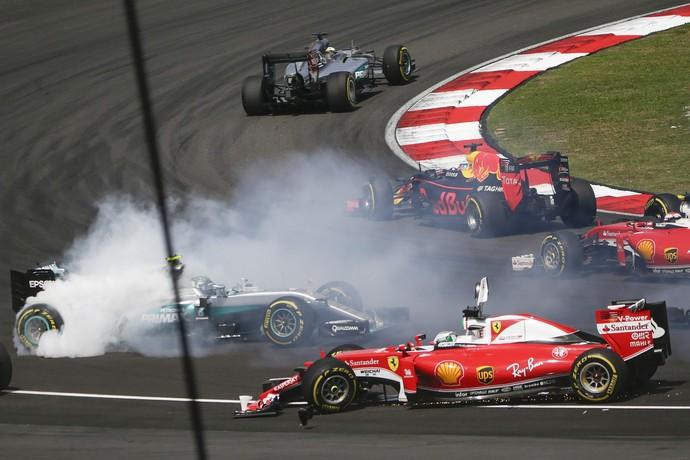 Sebastian Vettel bateu em Nico Rosberg na largada do GP da Malásia (Foto: EFE)