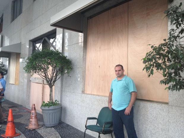 Hotel Guanabara amanheceu com tapumes em portas e janelas (Foto: Mariucha Machado / G1)
