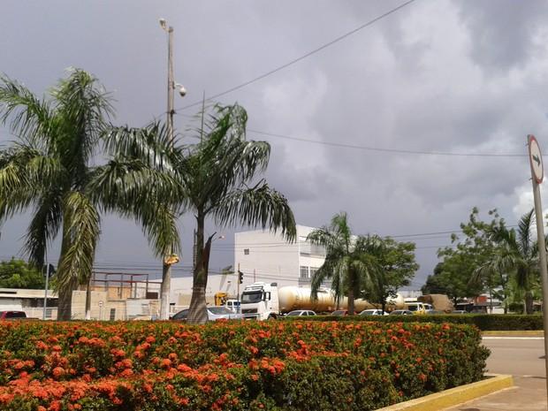 Nuvens carregadas com chuvas fortes a qualquer hora do dia nesta quarta, 18 (Foto: Suzi Rocha/G1)