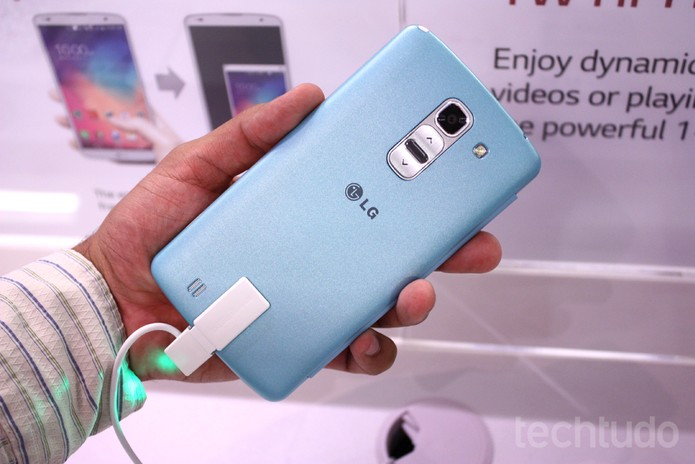 Botões de volume e power na parte traseira: marca registrada da LG (Foto: Allan Melo / TechTudo)