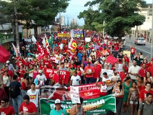 Manifestantes caminham em Campina Grande (Foto: Artur Lira/G1)