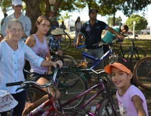 Verônica com a neta Emily, a direita, e Yasmin a esquerda (Foto: Aline Lopes)