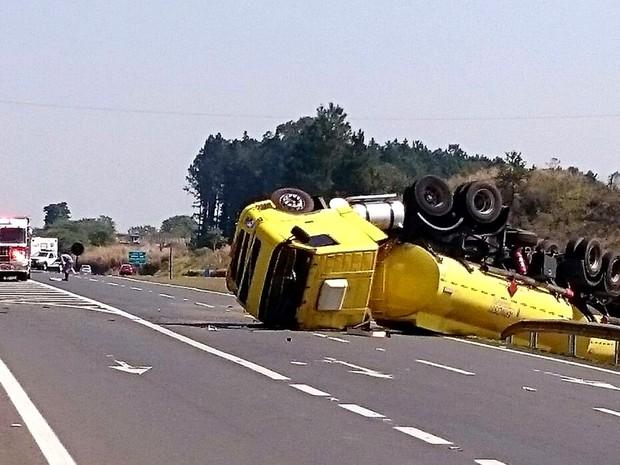Caminhão-tanque de combustível toma e interdita rodovia de Piracicaba (Foto: Divulgação)