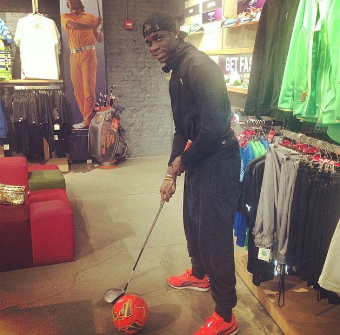 Balotelli brinca de jogar golfe com bola de futeol (Foto: Reprodução/Instagram)