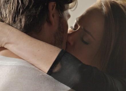 Lili e Rafael se beijam