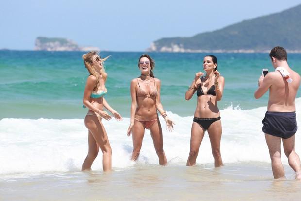 Gisele Cória, Fernanda Motta e Alessandra Ambrósio na praia (Foto: Dilson Silva / Ag. News )