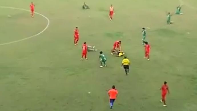 Agressão de árbitro no estádio Mirandão (Foto: Reprodução/TV Anhanguera)