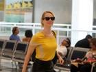 Mariana Ximenes circula sorridente por aeroporto no Rio