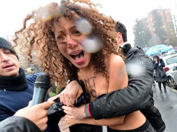 Ativista do Femen protesta contra Berlusconi neste domingo. O ex-primeiro-ministro foi acusado de envolvimento em escândalos sexuais (Foto: Giuseppe Cacace/AFP)